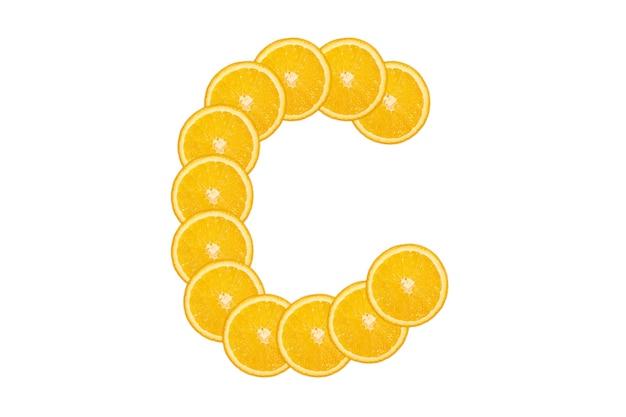 Gesneden oranje alfabet - letter c. geïsoleerde witte achtergrond. vers gezond oranje fruit. sappige lettertype.