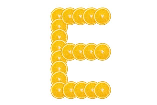 Gesneden oranje alfabet - letter e. geïsoleerde witte achtergrond. vers gezond oranje fruit. sappige lettertype.
