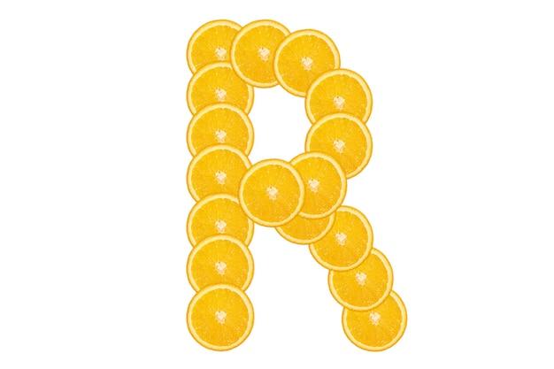 Gesneden oranje alfabet - letter r. geïsoleerde witte achtergrond. vers gezond oranje fruit. sappige lettertype.