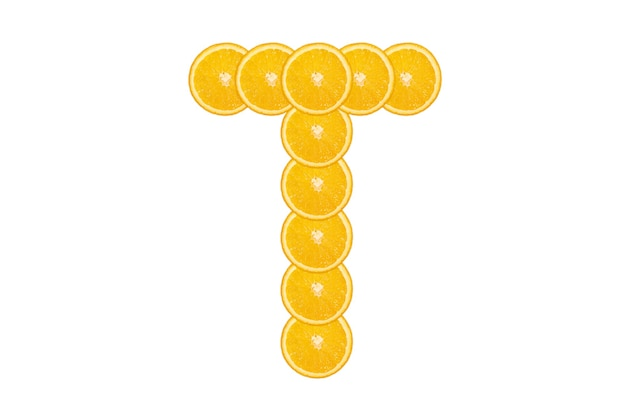 Gesneden oranje alfabet - letter t. geïsoleerde witte achtergrond. vers gezond oranje fruit. sappige lettertype.