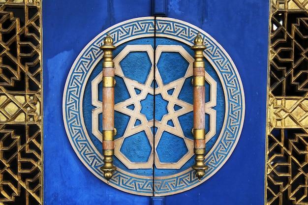 Gesneden ornamenten op deurgrepen
