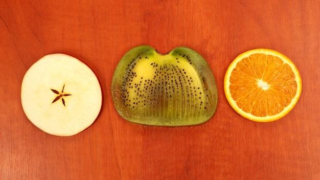 Gesneden over fruit op een rode houten achtergrond. gezond en vitamine eten