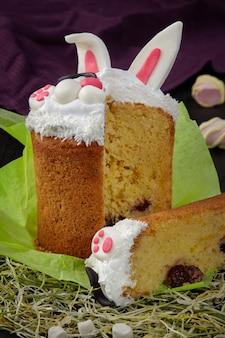 Gesneden paascake met opgeklopt eiwit in de vorm van een konijntje