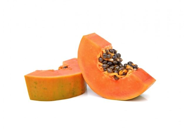 Gesneden papaja die op witte achtergrond wordt geïsoleerd
