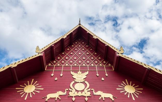 Gesneden patroon in de traditionele thaise stijl op de gevel van de thaise kerk.