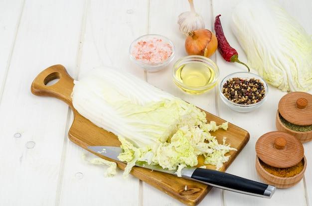 Gesneden peking cabbag met kruiden voor het koken
