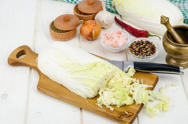 Gesneden pekingkool, kruiden voor het koken van plantaardige dieetschotels.