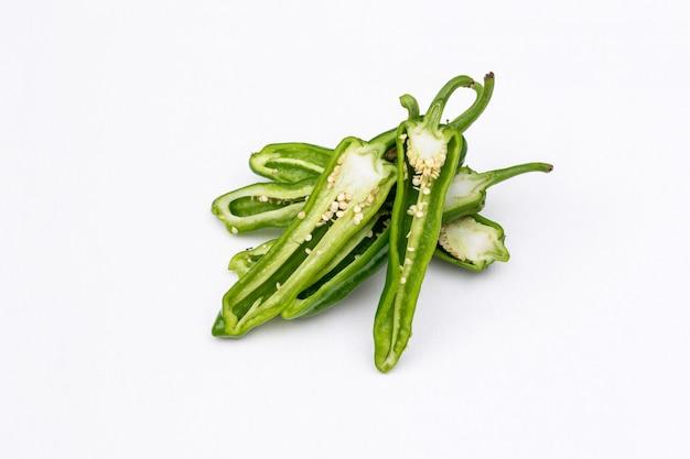 Gesneden peper van de zijaanzicht de groene spaanse peper