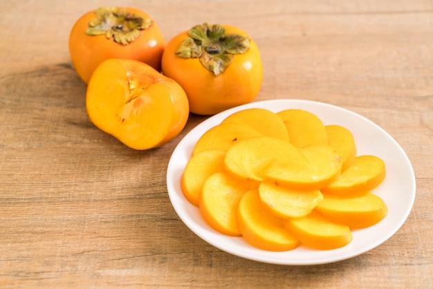 Gesneden persimmon op plaat