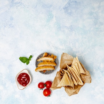 Gesneden pita en tomaten met vlees en saus