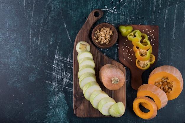 Gesneden pompoen, courgette en paprika met noten