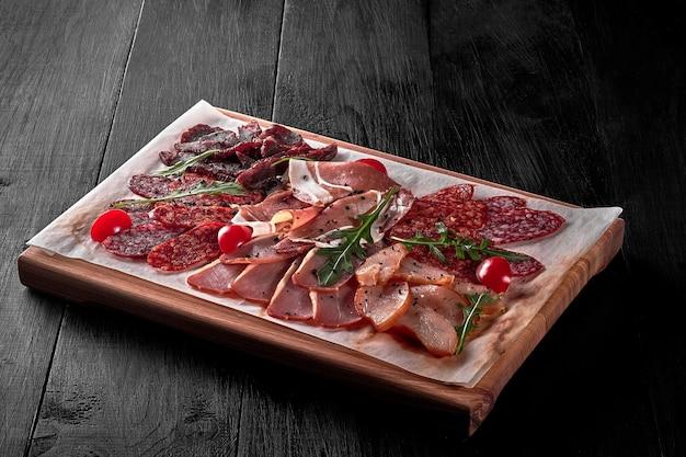 Gesneden prosciutto gemarineerde kip varkensvlees rundvlees salami en pepperoni