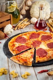 Gesneden prosciutto pizza met tomatensaus en ham