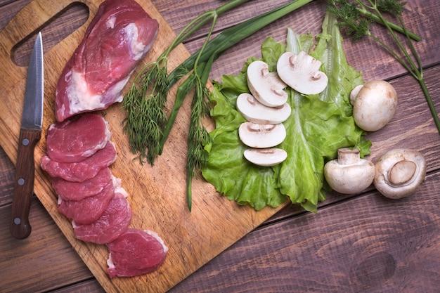 Gesneden rauw vleesvarkensvlees aan boord