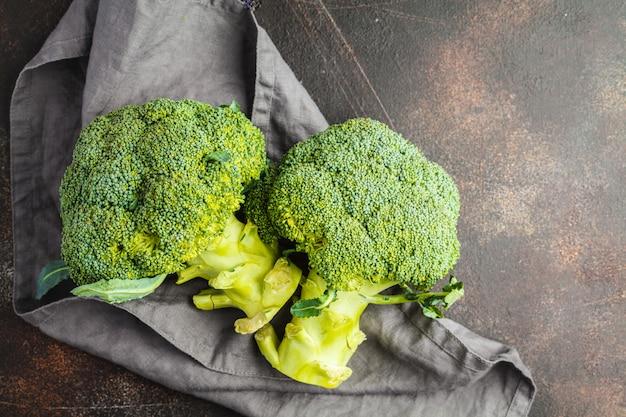 Gesneden rauwe broccoli geïsoleerd op een donkere ondergrond, bovenaanzicht, kopie ruimte. gezond veganistisch voedselconcept.