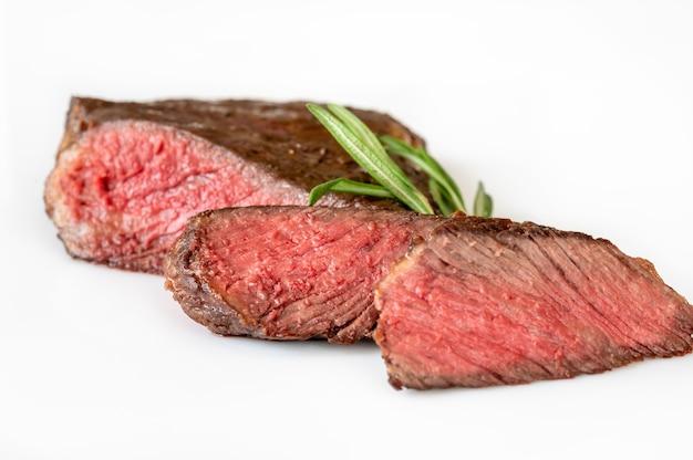 Gesneden rib eye steak op wit