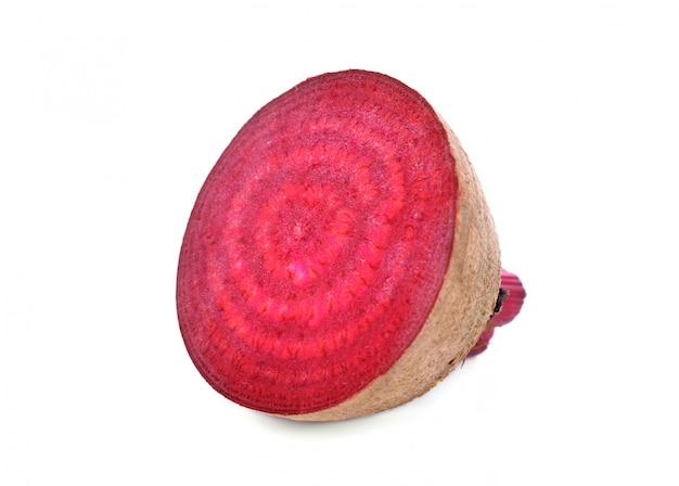 Gesneden rode bieten geïsoleerd