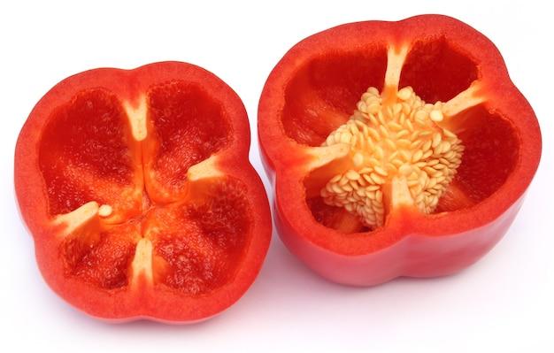 Gesneden rode paprika op witte achtergrond