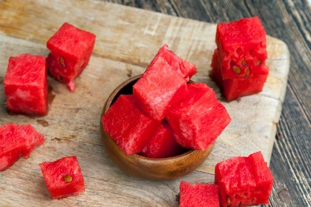 Gesneden rode rijpe watermeloen, rijpe rode sappige watermeloen wordt in een groot aantal stukken gesneden