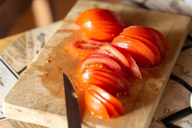 Gesneden rode tomaat op de keukentafel