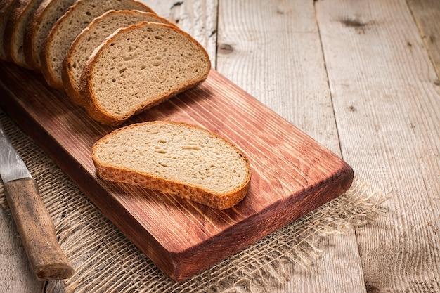 Gesneden roggebrood op snijplank close-up