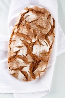Gesneden roggebrood op snijplank, close-up