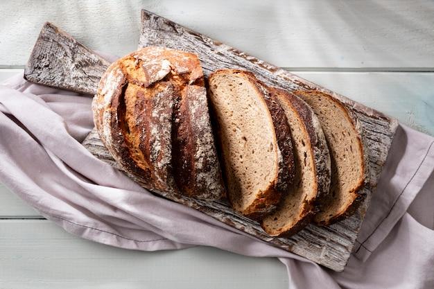 Gesneden roggebrood op snijplank