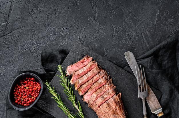 Gesneden rundvleesflank lapje vlees middelgrote zeldzame achtergrond
