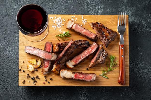Gesneden steak striploin.