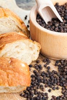 Gesneden stokbrood met kruiden, voedsel gemaakt van bloem