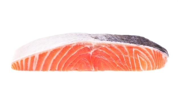 Gesneden stuk vis, biefstuk van rode vis op een witte ondergrond