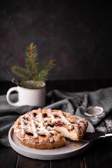 Gesneden taart met pijnboom in kop
