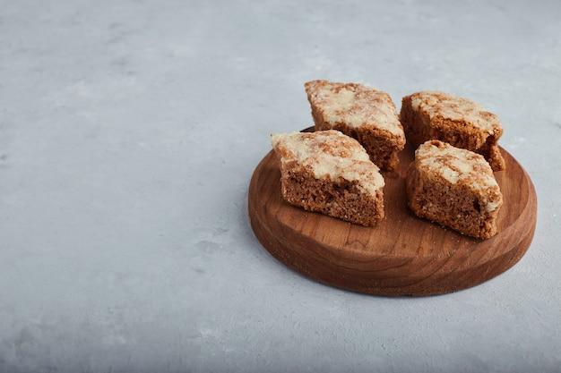 Gesneden taartcake op een houten schotel.