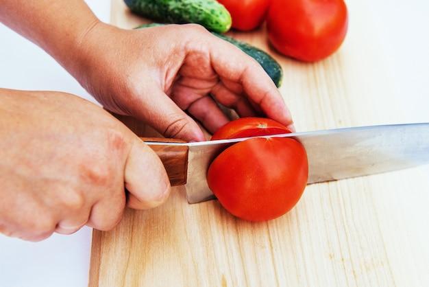 Gesneden tomaten en komkommers aan boord