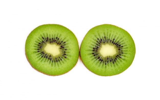 Gesneden van kiwifruit dat op witte achtergrond wordt geïsoleerd