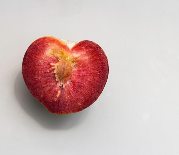 Gesneden van plumcot-fruit met rood en sappig vruchtvlees op de achtergrond