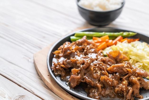 Gesneden varkenslapje vlees op hete plaat