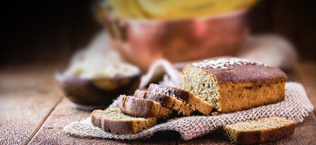 Gesneden vegan bananenbrood met havermout, zonder melk