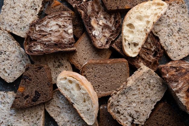Gesneden veganistisch brood, glutenvrij en zonder dierlijke producten. brood, glutenvrij en zonder dierlijke producten. banner. kopieer ruimte.