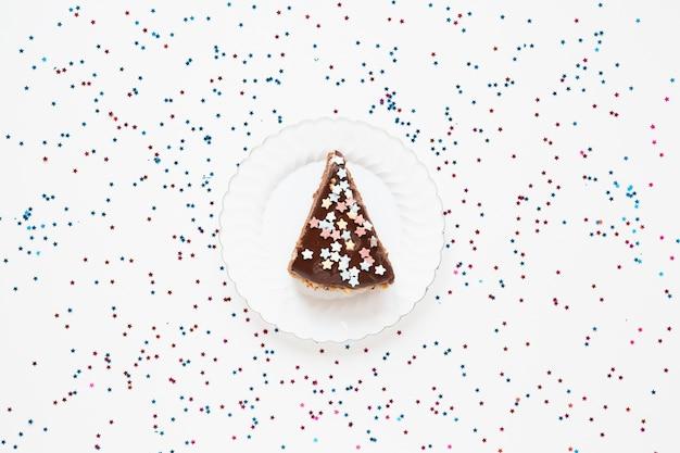 Gesneden verjaardagstaart met confetti