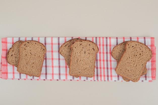 Gesneden vers bruin brood op tafellaken