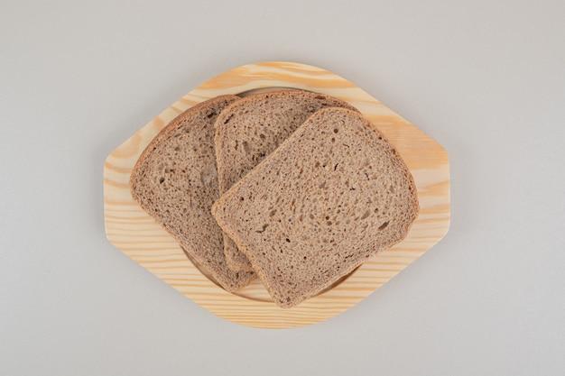 Gesneden vers bruin brood op witte achtergrond. hoge kwaliteit foto