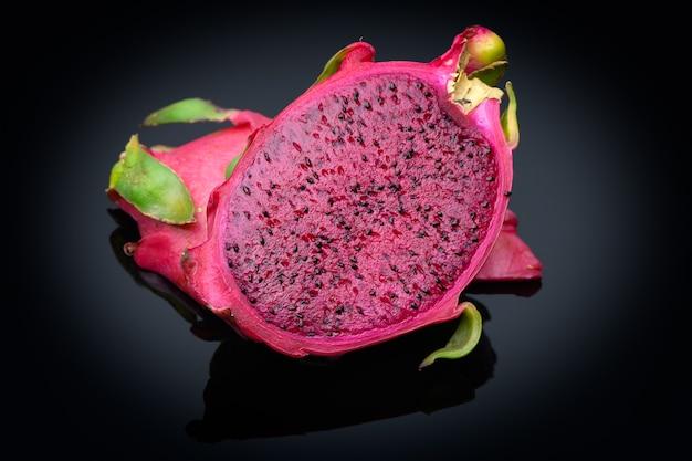 Gesneden vers en zoet fruit van rode drakenpitahaya's. geïsoleerd. close-up bekijken