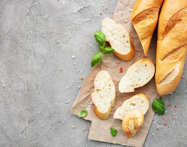 Gesneden vers knapperig stokbrood