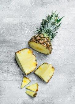 Gesneden verse ananas. op rustieke ondergrond