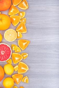 Gesneden verse citrusvruchten oranje citroenen bovenaanzicht met kopie ruimte