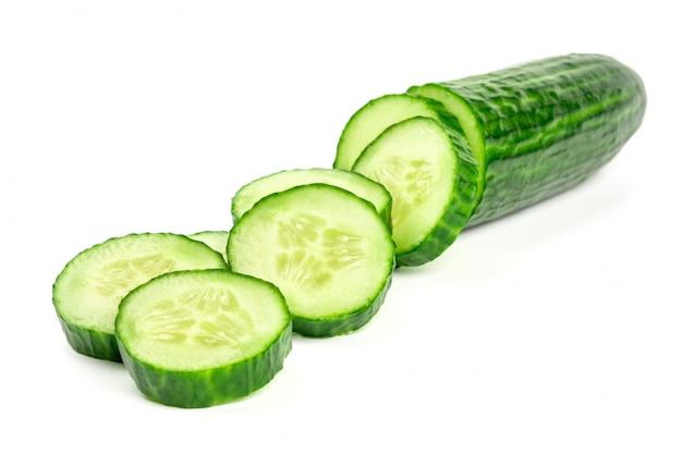 Gesneden verse die komkommer op wit wordt geïsoleerd