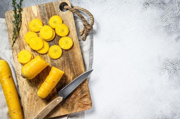 Gesneden verse gele wortelen zonder toppen, het concept van het koken van groenten.
