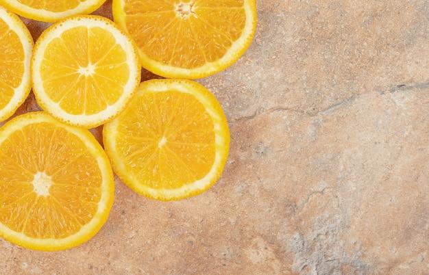Gesneden verse, sappige sinaasappel op marmeren oppervlak.