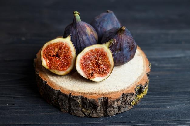 Gesneden vijgen fruit op een houten bord Premium Foto